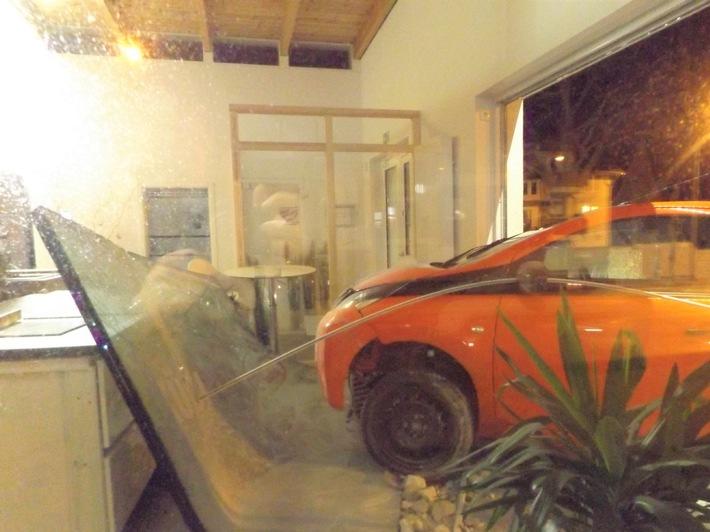 Toyota fährt in Küchenstudio Stralsund